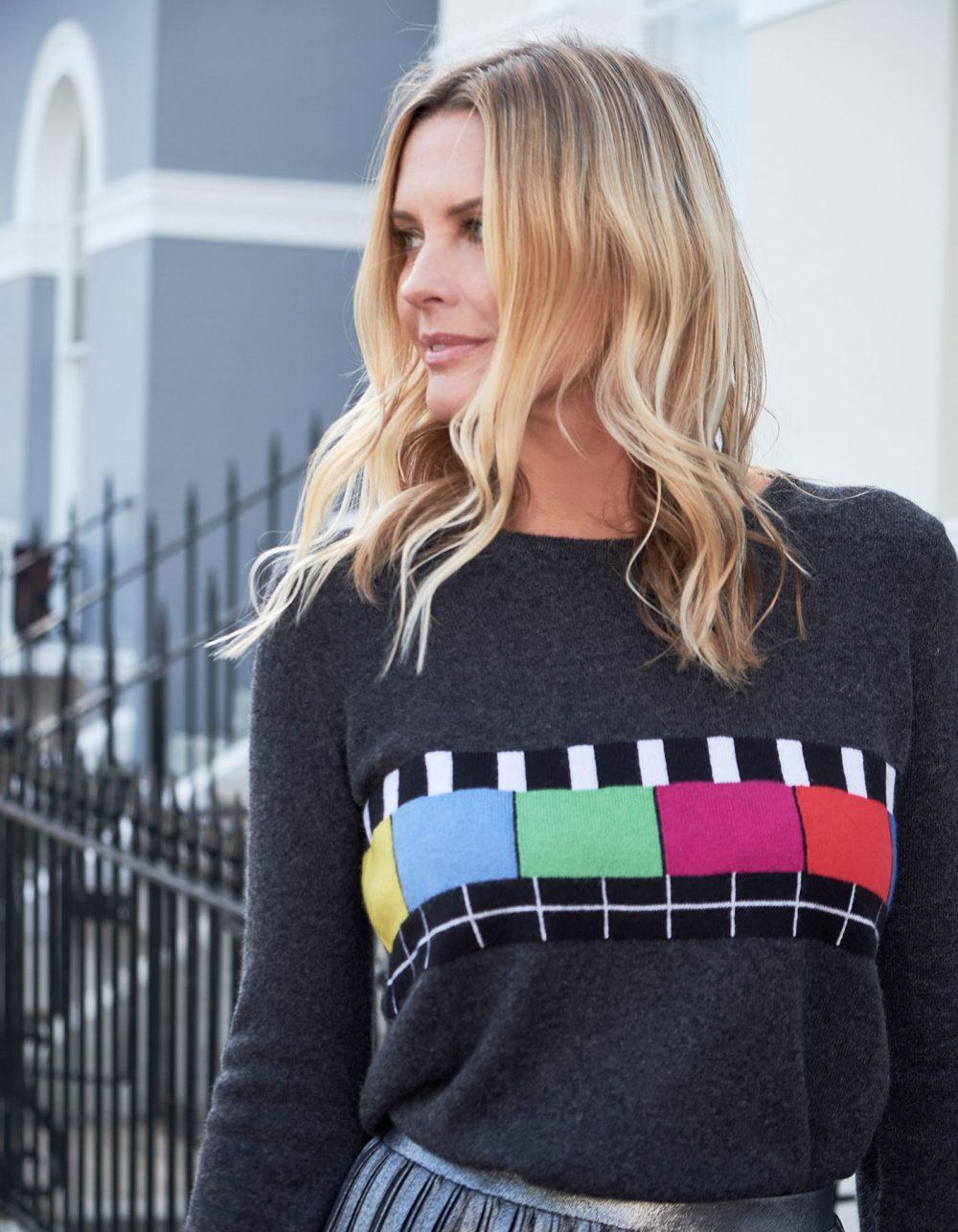 A model on a London street in womens cashmere, the malin darlin Test Bild charcoal cashmere jumper.
